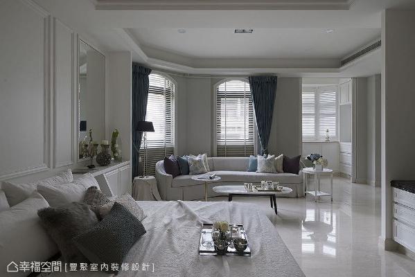 主卧室占地宽敞,连续开窗酝酿出如同置身欧陆庄园的旖旎,并以镜面、壁板等手法适度修饰床头面的开窗。