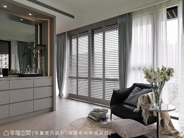 于卧房隔出一起居室,并规划茶水空间供屋主泡奶、清洁奶瓶,更于窗边铺设单椅,形塑休闲舒适之貌。