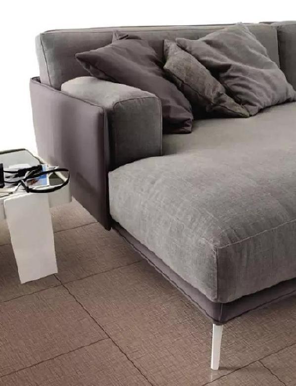 纹理砖中使用较多的是皮纹砖和布纹砖。如果大面积铺贴同一材质的皮纹砖,能让空间显得宽阔。若铺贴布纹砖,能让空间凸显织物的细腻柔软。