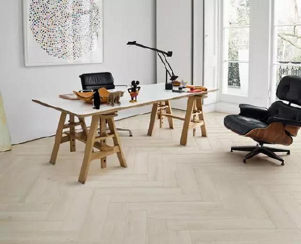 木纹砖是指表面具有天然木材纹理图案的装饰效果的陶瓷砖,纹理逼真,长久耐磨,不易褪色变色,打理轻松,户外空间、客厅皆适宜使用。