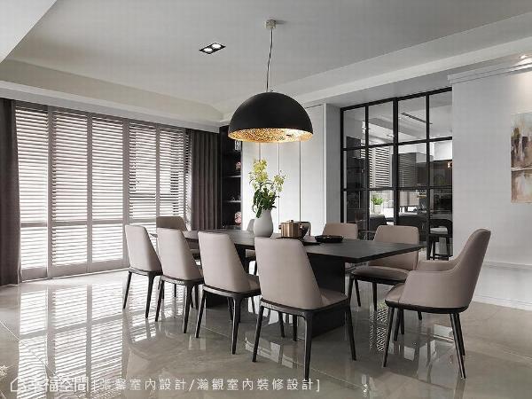于用餐空间摆放十人座大餐桌,并设以百叶窗形塑场域浪漫安定感受,金属吊灯也为空间成功妆点大器质感面容。