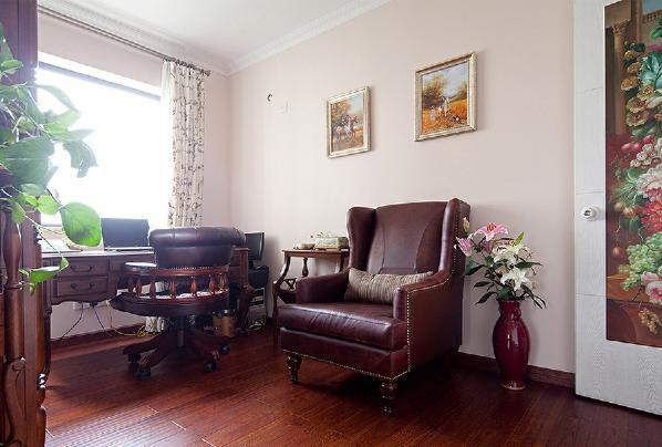 皮质沙发和转椅延续美式风,一束花、两幅画就给六百的空间增添一抹艳丽