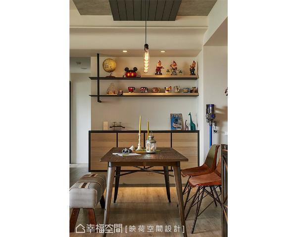以木作结合铁件打造收纳展示柜,让屋主的各式收藏得到妥善安排。
