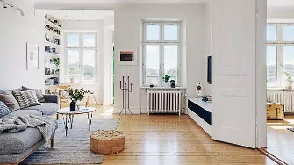 灰色的布艺沙发和白色的简约茶几