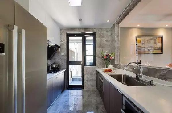 简约的家居空间总能让人感受到舒适放松,客餐厅运用了点射光的设计手法,光源层次感丰富,氛围感浓厚;配合极简的居家陈设品,使空间充满了清新的时尚气息。