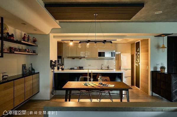 餐桌上方利用吊板天花设计,加强场域的视觉重点与层次感。