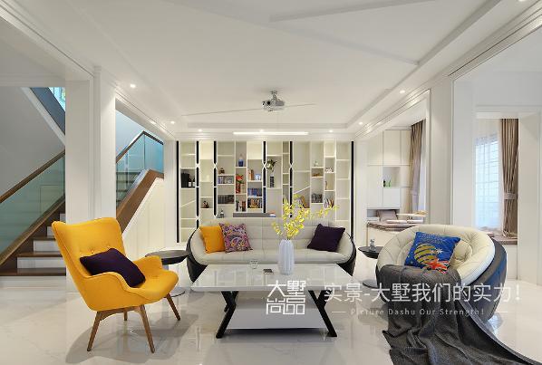 客厅与书房无缝结合在一起,工作娱乐两不误。