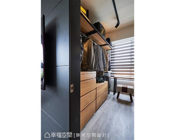 考虑到空间有限,特别以半高矮柜搭配吊衣杆的安排,淡化视觉的压迫感。