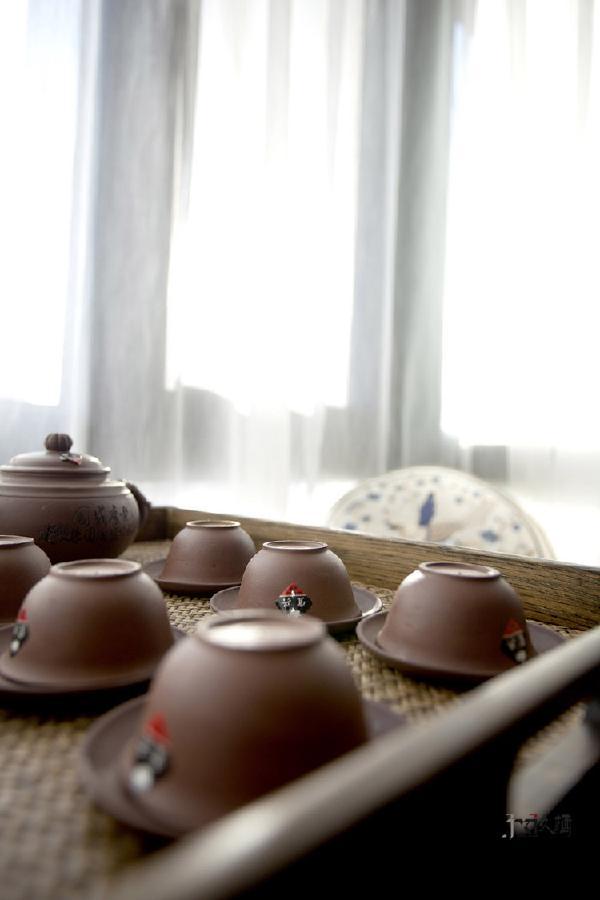 中午的时间正适合坐在客厅飘窗处,一道纱,一碗茶,禅意佛头,宁静惬意。
