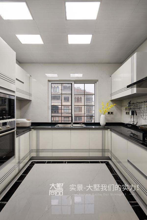 厨房采用白色的橱柜黑色台面搭配,尽显简约时尚,同时又耐脏易打理。
