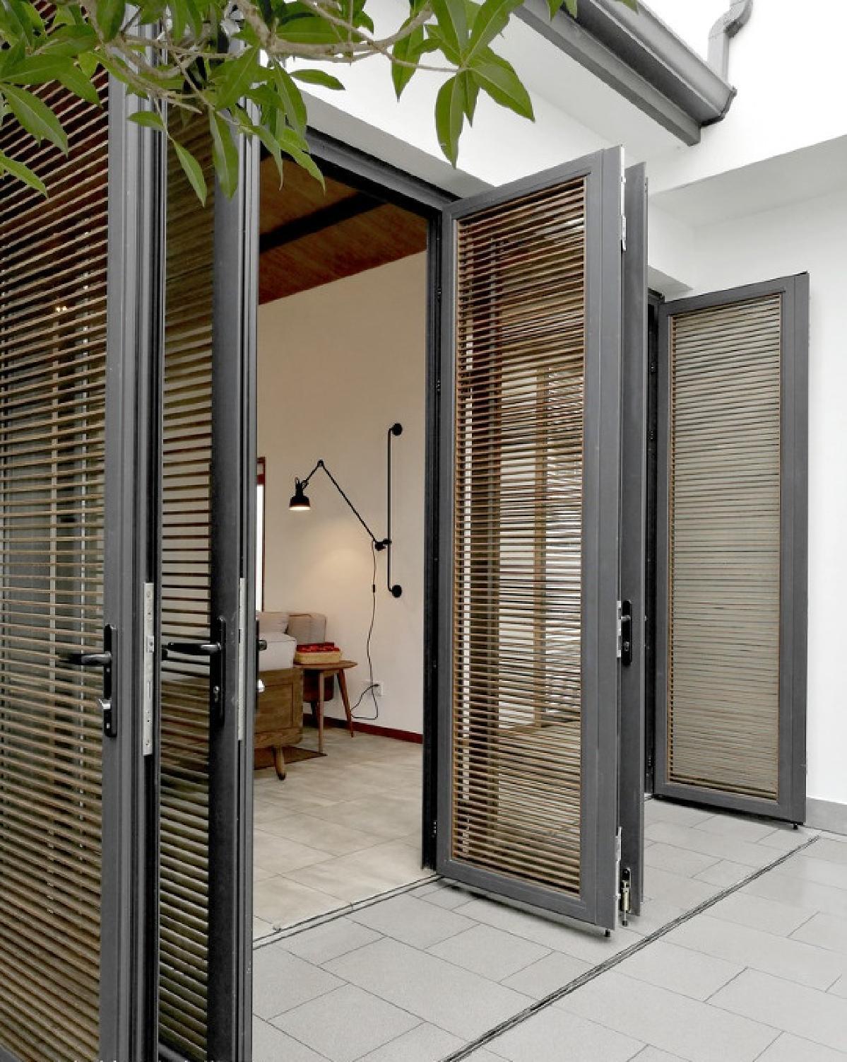 2个庭院各有1个玻璃天井,自动玻璃天窗开启后又可满足室内外空气自然图片