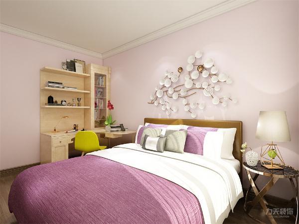 主卧室,主卧室在靠进窗户的地方放了一个五斗柜,其他都是常规摆放,然后是次卧室,次卧室因为是女儿住,所以,选用了女孩子最喜欢的淡紫色来做的墙面