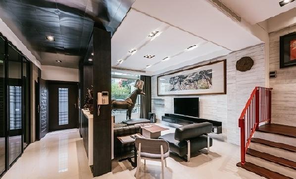 业主特意选择马头灯为窗前摆件,电视墙选材为白水泥板墙。
