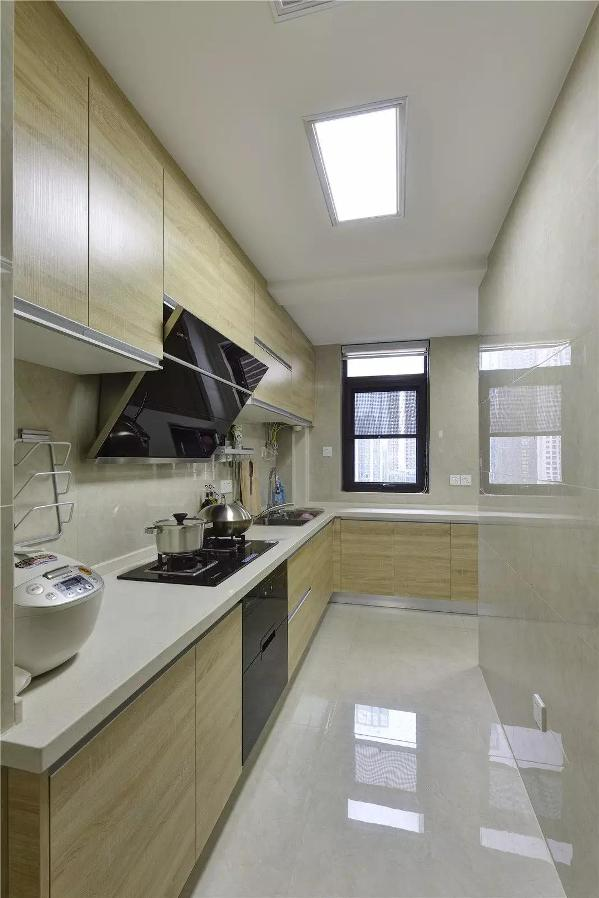 大厨房,做成L字形+一字形操作台,同时也做了大容量的橱柜来收纳家中的杂物,米黄色砖与木色橱柜的搭配,看起来干净又明亮