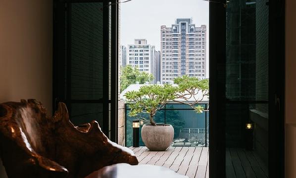 主卧后方为阳台外推,设计一泡茶室及一露台。