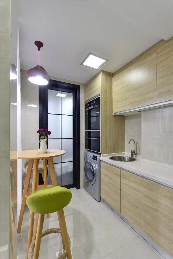 洗衣机放在厨房,旁边即是吧台区,可以在这里喝着咖啡等衣服洗好,同时也可以在这里就个小餐,如吃个早餐、夜宵等
