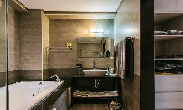 主卧卫生间,入口处设计了两侧皆有贴身衣物柜,方便沐浴时使用。