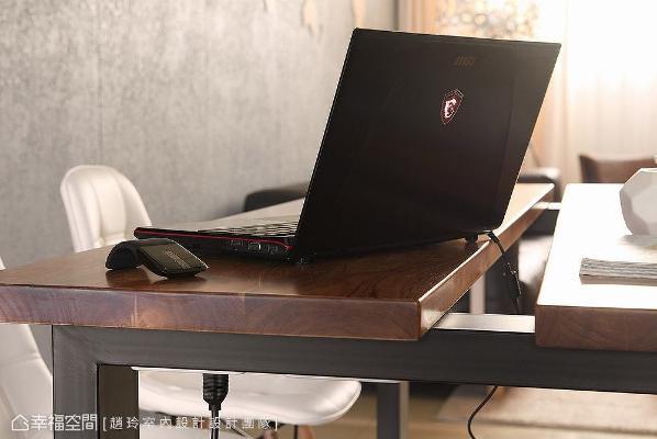 专属订制的两用书桌,桌体结合电路与插座,方便屋主使用笔电、电陶炉等电器,创造便利且实用的生活机能。