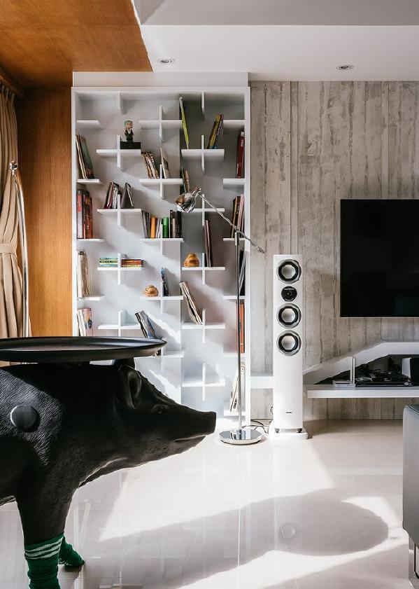 主卧电视墙侧书柜。