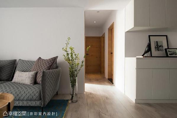 房门皆铺以屋主偏爱的实木皮,温淳亲肤的木语汇设计,更悄悄替公私领域做最完美的氛围转场。
