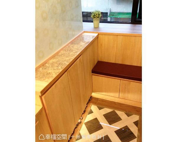以磁砖与鞋柜界定小巧的玄关空间,并贴心安排穿鞋椅机能,鞋柜下方也特别采镂空设计,方便放置鞋子让其透气。