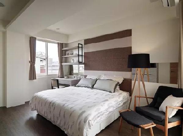 主卧的色彩偏向于成熟稳重,窗户边的简易桌子,可用作梳妆台或者书桌,落地灯和椅子是同一系列的家具,构成了一个完美的阅读区域。