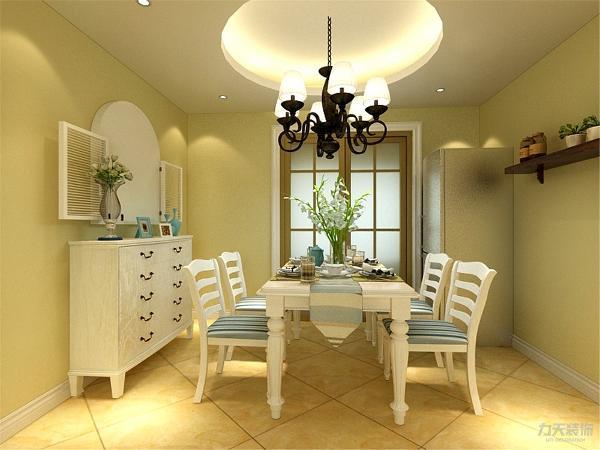 餐厅部设计的是圆形吊顶,餐桌椅弯曲的造型优美生动。墙面上做一个假窗,使空间显得不单调。