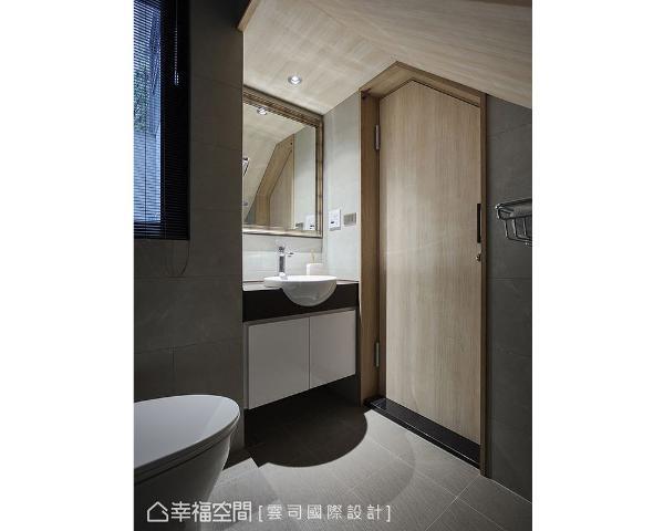利用一楼梯体下的空间规划为卫浴,依照屋高安排机能,充分发挥坪效。门片及天花造型营造休闲怡然的空间氛围。