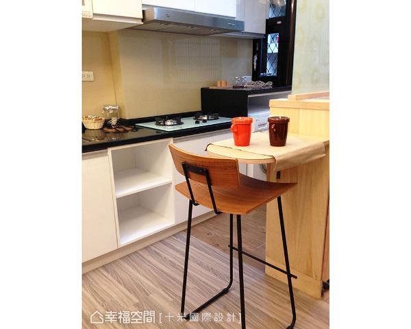 沿着玄关柜体安排小型吧台,搭配完整的煮食机能,让屋主能独享料理时光。