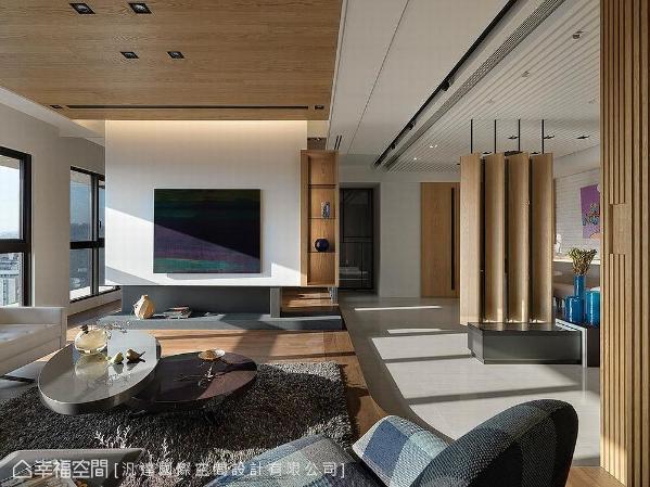 公共场域中,将客厅与多功能区以木质天花板及架高地坪串联,玄关区与餐厅则以白色钢烤天花及地砖做链接,让空间层次感更分明。