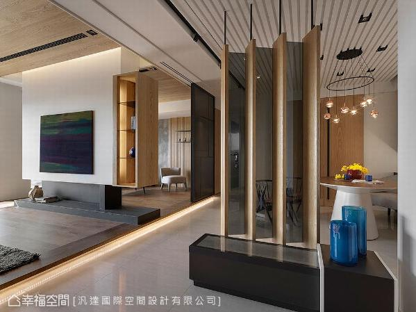设计师王艺桦与王义胜采用玻璃及隔栅造型,并以45度角斜面设计,营造穿透感的隐喻效果,让入门端景更具变化性。