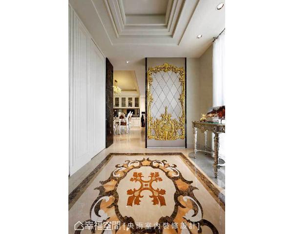 地坪以大理石拼花勾勒气派图腾,大门镶以金碧辉煌的图卉,表达大器恢弘的迎宾气势。