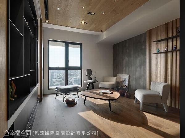 客厅电视墙后方,预留一间将来放置钢琴的多功能室。当然,灯光计划也是本案的设计重点,由于日间采光良好,无须铺张的光氛营造,就能让满室通透明亮。