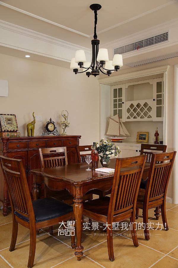 餐厅风格古典简单,保证满足家人用餐之时,古朴的实木餐桌椅、餐边柜营造出典型的美式风格。