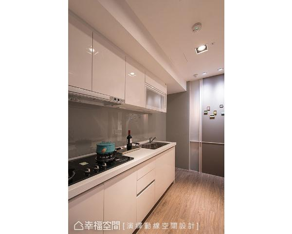 灰色壁面具磁性变成一面磁铁墙,以吸附女主人自国外带回的磁铁;料理台墙面镶贴烤漆玻璃,在视觉上颜色形成呼应。