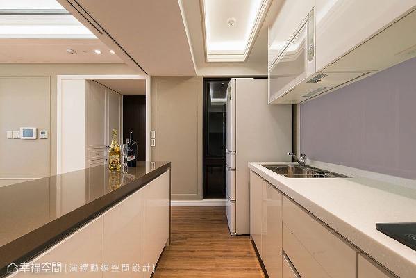 厨房拆除局部隔间墙,原先封闭格局被打开,形成二字形动线配置,不仅拥有多功能早餐吧台,也多了料理工作台面。