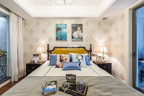 整体空间干净舒适,一幅幅艺术挂画点缀,简洁却不单调,清爽平实的色调为空间带来温馨的视觉效果,彰显出清新的自然风尚。