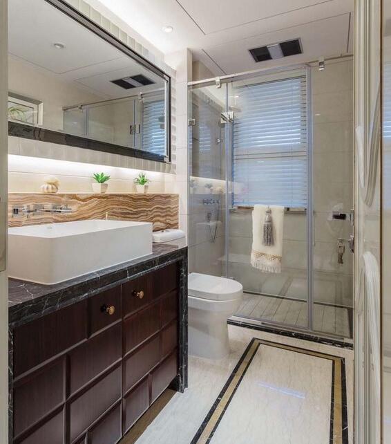 【正堂山外山-卫生间】卫生间的设计功能分区明确,淋浴房隔离了干湿两区,绿色植物的装饰则让武汉装修空间更有生命力。