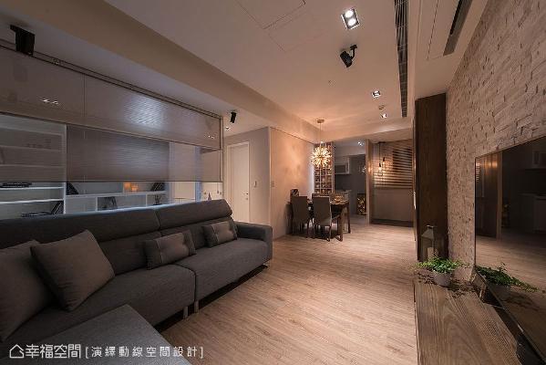 局部使用玻璃媒材做为隔间,让沙发墙拥有通透视觉,少了厚重实墙的阻碍,空间轻盈感和放大感立刻浮现。