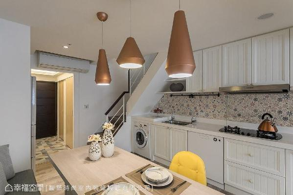 厨具采线板造型门片,中段壁面特别铺饰小花图案磁砖,创造出甜美可爱的美式氛围。