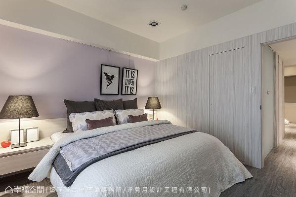 床头墙呈现出熏衣草紫造型,形成活泼的跳色手法;穿插使用木皮隐藏主卫门片,无形中揭示场域机能转换。