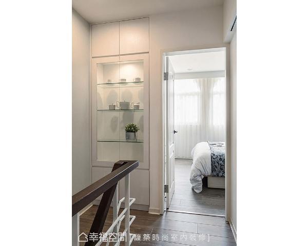 善用楼梯边的畸零空间,打造成实用的展示收纳柜,可用以摆放屋主收藏的公仔。