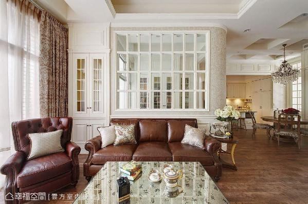 云方室内设计透过沙发后方的窗格矮墙,将窗外的暖阳与美景延揽入内,并藉由弧形的转角取代直角的尖锐感。