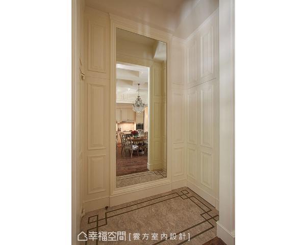 设计师潘仕敏于入门处砌出一间更鞋室,并以古典线板及跳色地坪,为一家四口构织兼备机能的幸福景象。