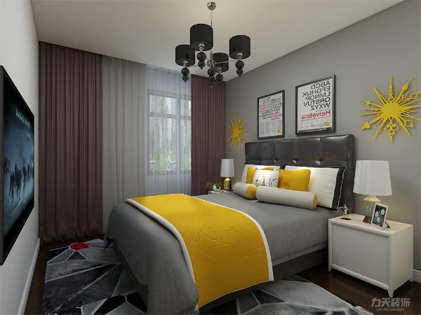 主卧空间较大,在床背景墙上贴了灰色壁纸装饰,在床头上方挂了两张画装饰,在床头两边放了两个挂件装饰。