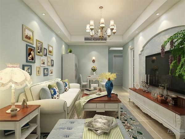 客厅电视背景墙做典型的拱形石膏板拉缝造型,蓝色壁纸显示地中海的静逸。整体色调蓝色小清新,营造出温馨的气氛,美观而且好看。沙发背景墙简单处理,挂上几幅装饰画,显示美观。