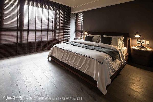 设计师陈元旻在主卧设计上,透过深色壁纸、木质地坪及木百叶的铺述下,以最舒适的姿态呈现静谧空间。