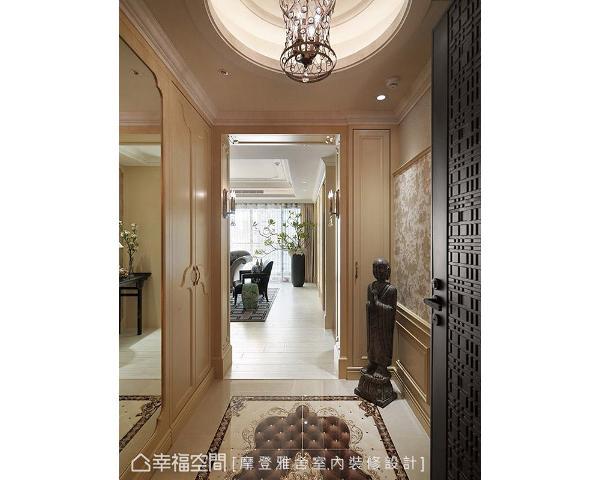 两侧壁面分别以欧式线板与中式壁纸,带出中西合璧的艺术美感;地坪则选用金色系地砖,搭配天花板的精致水晶灯具,展现富丽堂皇的豪邸气势。