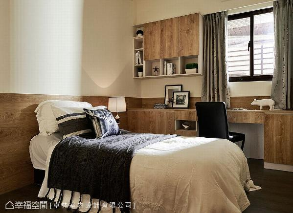 利用百合白壁面搭配系统板材,创造出拼接造型,提升空间的活泼性。