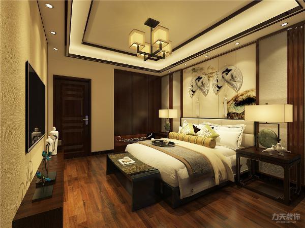 主卧室吊顶为回字形双层吊顶,木条木框装饰边,地面为750*60木地板,黑色石材踢脚线,墙面为黄色布纹壁布,床头背景墙水墨画硬包,装饰木条线,木框。